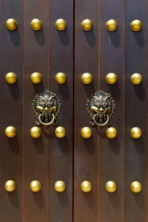 door handle with lion design in buddhist chinese temple door Stock fotó - 158394461