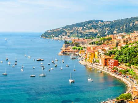 Luchtfoto van Villefranche-sur-Mer. Landschap van de Cote d'Azur, Villefranche-sur-Mer, Frankrijk Stockfoto