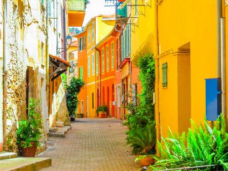 Casas de color amarillo brillante en la ciudad mediterránea. Paisaje de la Cote d'Azur, Villefranche-sur-Mer, Francia