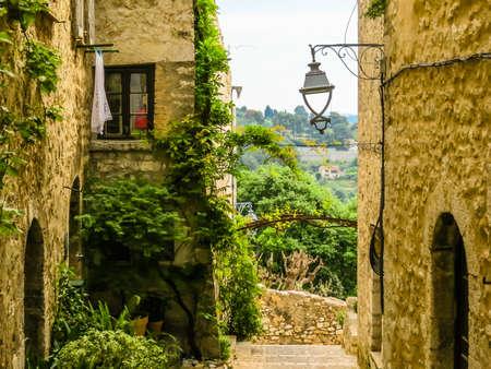 Narrow streets surrounded by medieval walls. Saint-Paul de Vence, France Standard-Bild - 137575441