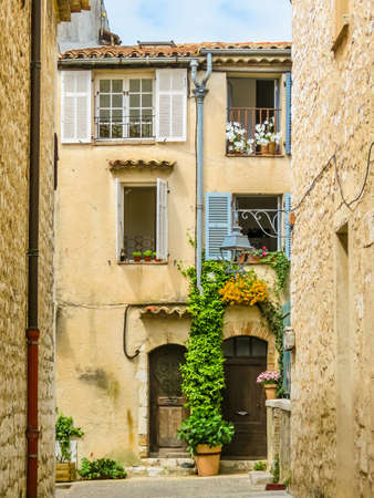 Narrow streets surrounded by medieval walls. Saint-Paul de Vence, France Standard-Bild - 137575443