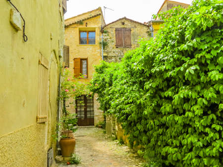 Narrow streets surrounded by medieval walls. Saint-Paul de Vence, France Standard-Bild - 137575490