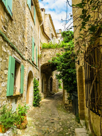 Narrow streets surrounded by medieval walls. Saint-Paul de Vence, France Standard-Bild - 137575503