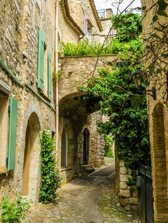 Narrow streets surrounded by medieval walls. Saint-Paul de Vence, France Standard-Bild - 137575507