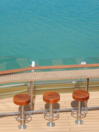 Bar an der Rückseite eines Kreuzfahrtschiffs Standard-Bild - 79096939