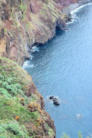 Uitzicht vanaf een zeer hoge klif naar de Atlantische Oceaan