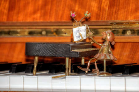 piano figurine