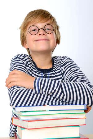 round glasses: ni�o sonriente con libros y gafas redondas
