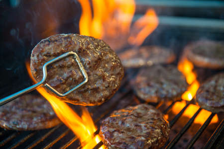 picknick: hamburger meat on barbecue