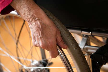 mano anziano: vecchia mano sul volante Archivio Fotografico