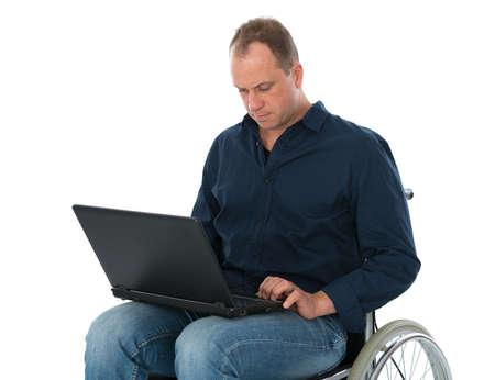 paraplegico: hombre en silla de ruedas con ordenador Foto de archivo