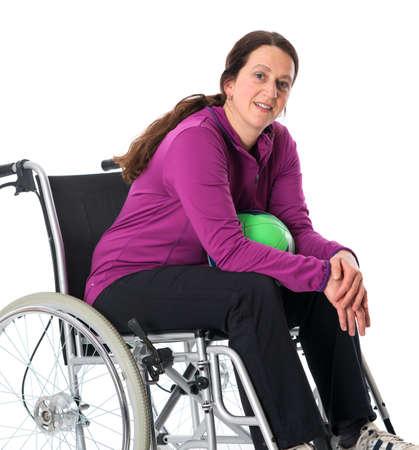 paraplegico: mujer en silla de ruedas con la pelota