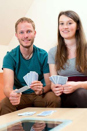 jeu de carte: jeune homme et femme jeu de cartes � jouer Banque d'images