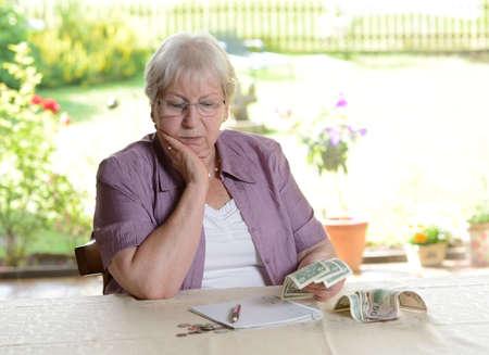female senior is calculating her budget 版權商用圖片 - 34571845