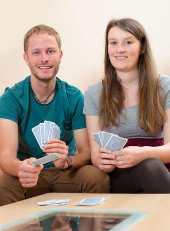 jeu de carte: jeune homme et femme jeu de cartes à jouer Banque d'images