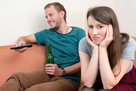 pareja discutiendo: mujer joven se siente frustrado