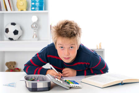 outwork: ni�o est� haciendo la tarea
