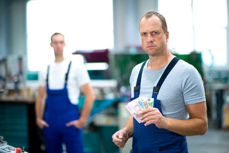 salarios: trabajador con su salario