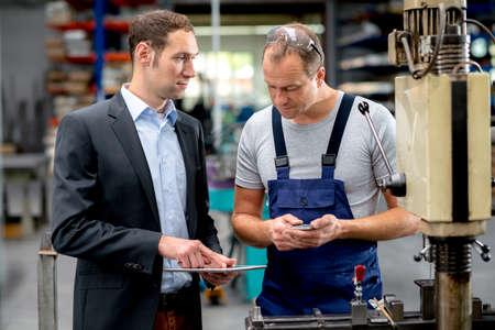 obrero trabajando: jefe joven y trabajador en la conversaci�n