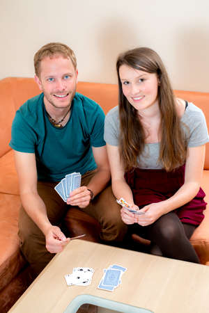 kartenspiel: junger Mann und Frau spielen Kartenspiel