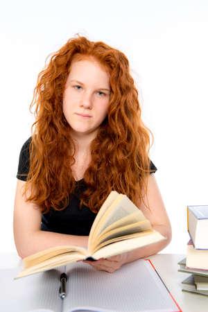 red haired girl: ragazza dai capelli rossi sta imparando con un libro