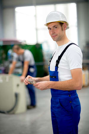 salarios: trabajador en la f�brica con sus salarios