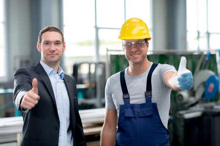 Gutes Team in der Fabrik mit Daumen nach oben Standard-Bild - 37302911