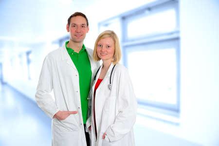 lab coat: joven equipo m�dico amistosa en bata de laboratorio