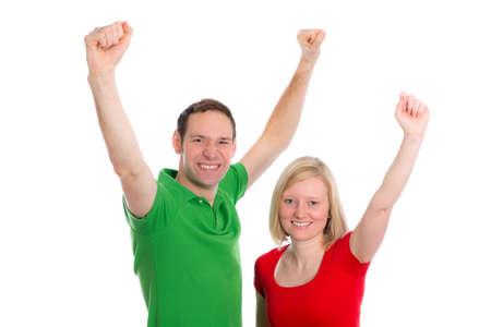 junge glückliche Paar vor weißem Hintergrund mit Waffen