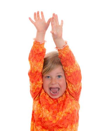 kleine lustige Mädchen in vor weißem Hintergrund jubeln