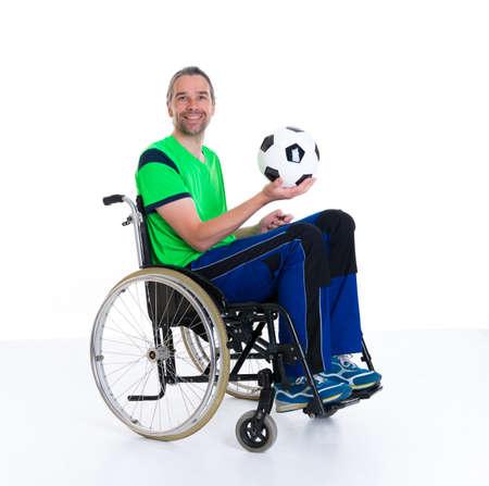 paraplegico: joven hombre discapacitado en silla de ruedas está haciendo deporte con la bola Foto de archivo
