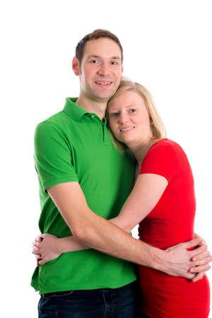 femme blonde: jeune couple dans une étreinte en face de fond blanc