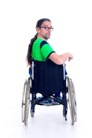 silla de ruedas: hombre joven con gafas en una silla de ruedas en frente de fondo blanco de la parte posterior