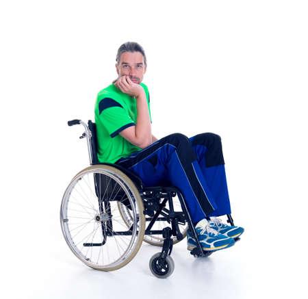 silla de rueda: hombre joven en una silla de ruedas en frente de fondo blanco est� triste Foto de archivo