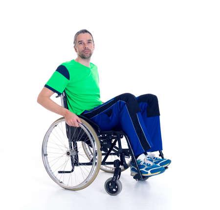 silla de rueda: hombre joven en una silla de ruedas delante de fondo blanco Foto de archivo
