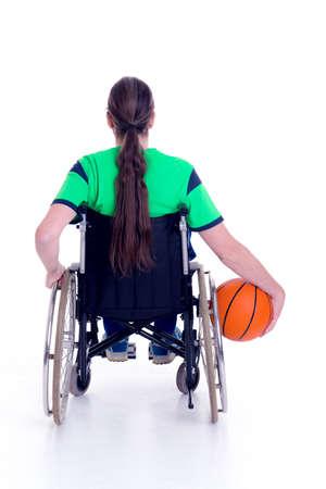 paraplegic: joven hombre discapacitado en silla de ruedas está haciendo deporte con la bola Foto de archivo