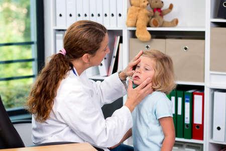 female pediatrician in white lab coat examined little girl 版權商用圖片 - 44931994