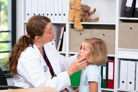 lab coat: pediatra femenina en bata blanca de laboratorio examin� ni�a