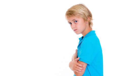 rubia: chico rubio bajista con los brazos cruzados delante de fondo blanco