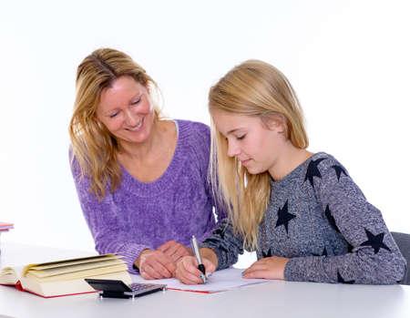deberes: niña de aprendizaje conjunto con el profesor en el aula