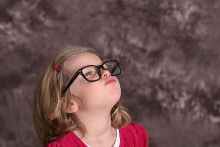 niños rubios: retrato de una chica divertida con grandes gafas