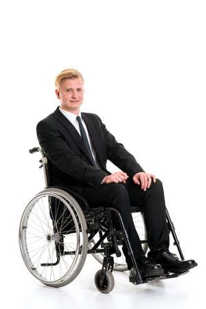 paraplegico: retrato de un joven empresario en una silla de ruedas