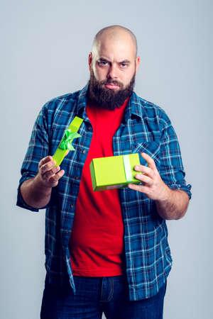 cabizbajo: hombre frustrado joven con caja de regalo verde