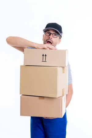 fordert Briefträger mit Paketen in vor weißem Hintergrund Standard-Bild