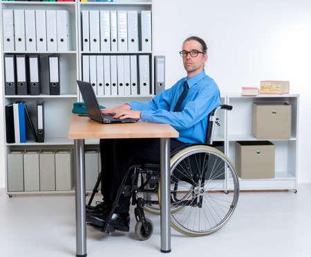 paraplegic: hombre de negocios de personas discapacitadas en silla de ruedas est� mirando en la c�mara