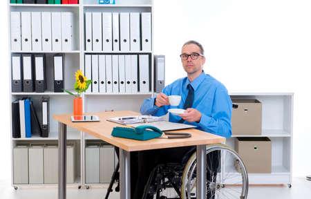 paraplegico: hombre de negocios de personas discapacitadas en silla de ruedas está bebiendo el café Foto de archivo