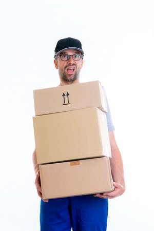 fordert Briefträger mit Paketen in vor weißem Hintergrund
