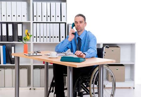 paraplegic: hombre de negocios de personas discapacitadas en silla de ruedas está llamando Foto de archivo