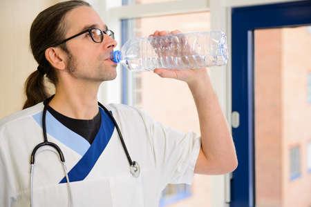 or thirsty: enfermero largo pelo tiene sed y el agua potable