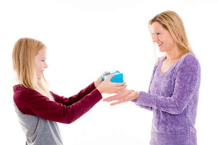 Blond meisje met een blauwe cadeau doos voor haar moeder Stockfoto